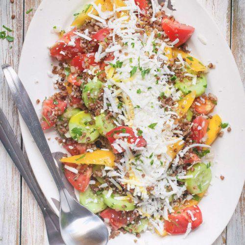 sałatka szopska z pomidorów, ogórków i papryki z tartym owczym serem oraz kaszą gryczaną