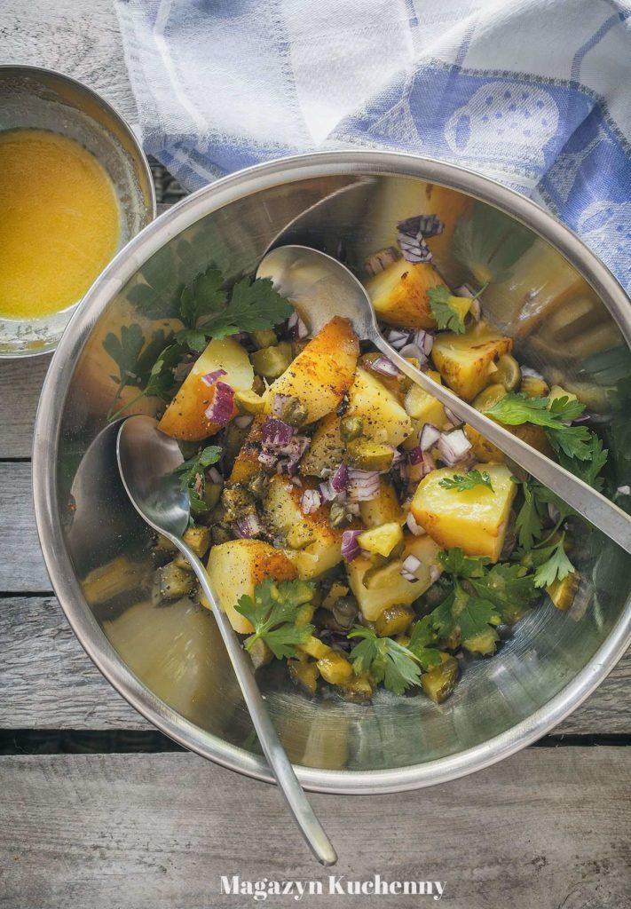sałatka ziemniaczana z ogórkiem małosolnym i kaparami oraz dressingiem z oleju rzepakowego i cydru