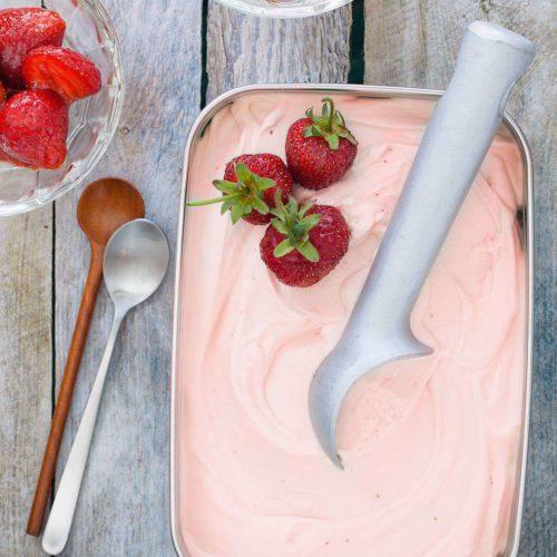 tradycyjne lody truskawkowe ze świeżych truskawek