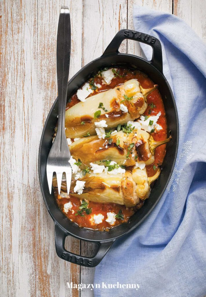 zapiekane papryki nadziewane mięsem z indyka z sosem pomidorowym i fetą