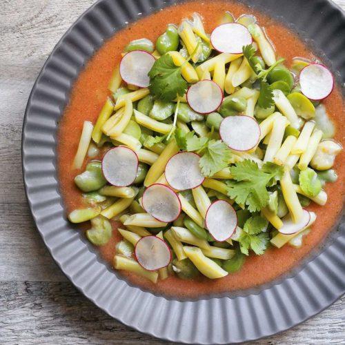Lekka sałatka z fasolki szparagowej i bobu z pomidorowym dressingiem