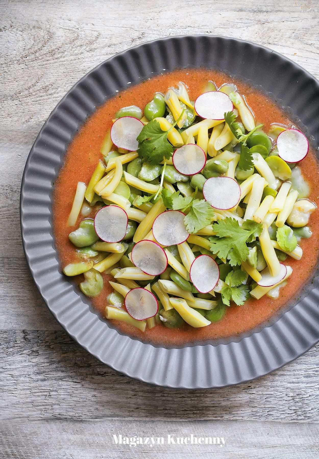 Sałatka z fasolki szparagowej i bobu z pomidorowym dressingiem
