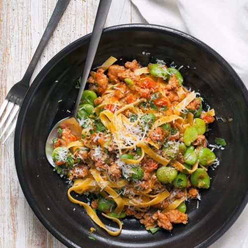 makaron tagliatelle z białą kiełbasą, pomidorami oraz młodym bobem
