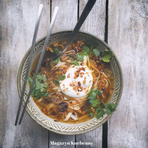 azjatycka zupa z makaronem chow mein, jajkiem w koszulce i kolendrą