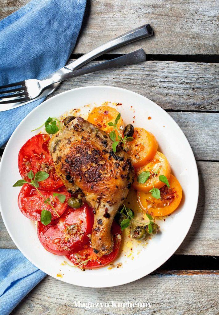 pieczony kurczak w oregano z oliwkami oraz sałatką pomidorową