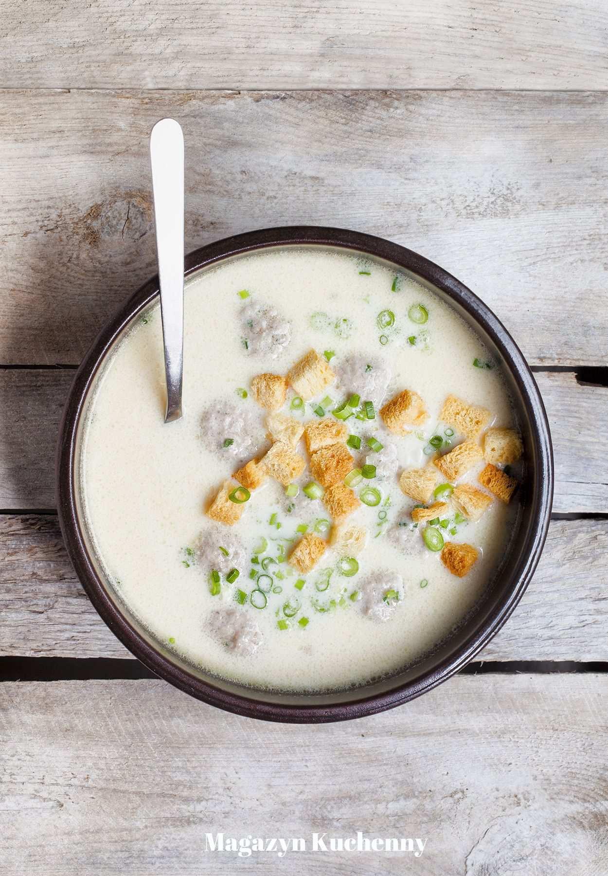 Zupa serowa z piwem, klopsikami i grzankami