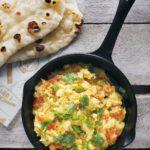 Jajecznica po indyjsku - jajecznica z mlekiem kokosowym, świeżą kolendrą, chili i pomidorami.