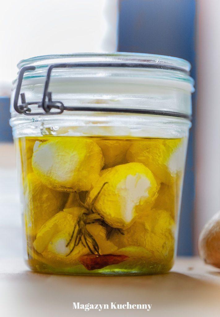 ser labneh w oliwie z rozmarynem, czosnkiem i ostrą papryczką