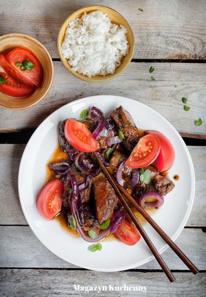 Wietnamska wołowina z patelni, z sosem z czerwonego wina, cebulą i pomidorami
