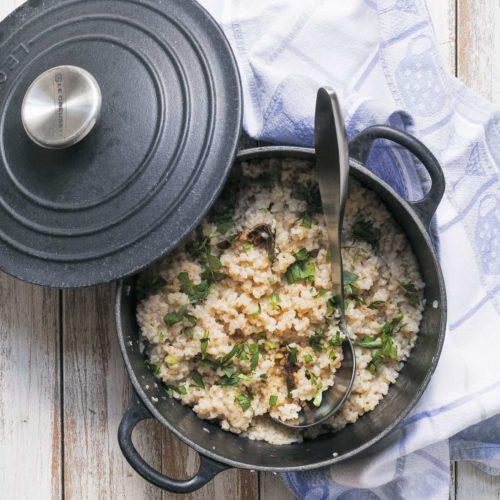 Kasza jęczmienna gotowana, z suszonymi grzybami i podsmażonącebulką