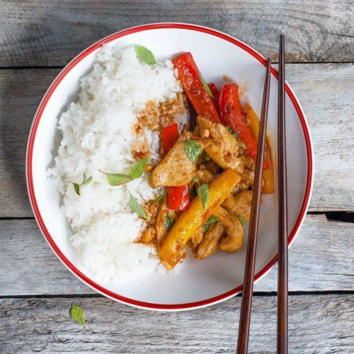 Srir-fry z kurczakiem, papryką i tajską bazylią
