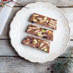 Świąteczny blok czekoladowy z pistacjami, suszoną żurawiną i białą czekoladą