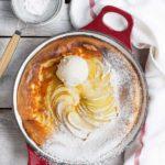 Pieczony naleśnik z jabłkami i lodami waniliowymi