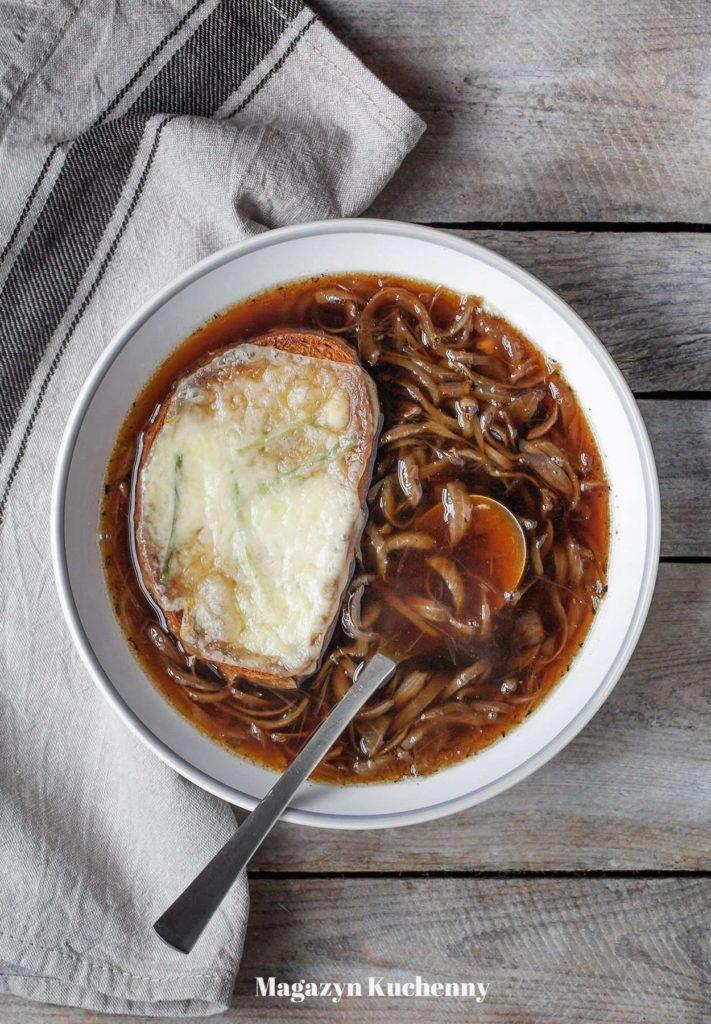 Zupa cebulowa z grzankami serowymi