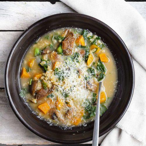 Zupa grzybowa z pęczakiem, słodkimi ziemniakami i jarmużem