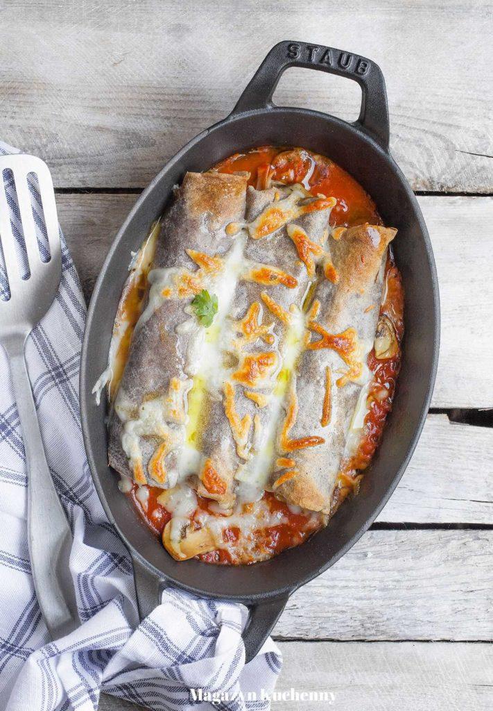 Naleśniki gryczane zapiekane z pieczarkami, szynką i serem w sosie pomidorowym