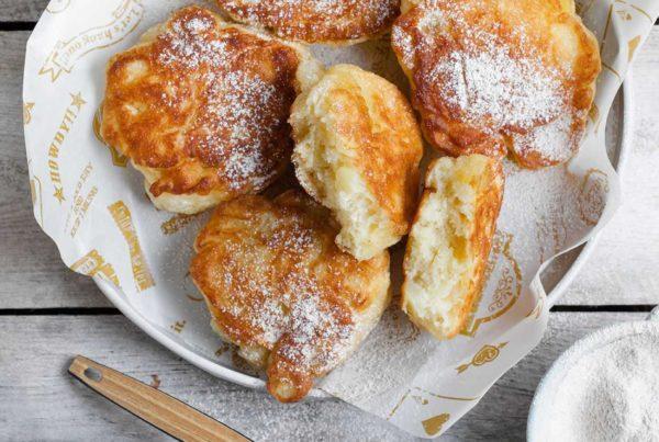Racuchy budyniowe z jabłkami i cukrem cynamonowym