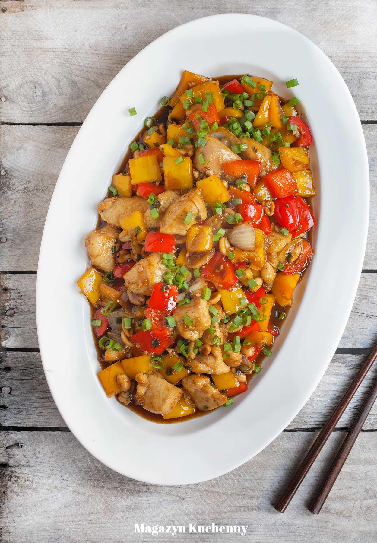 Stir-fry z kurczakiem i papryką oraz orzeszkami ziemnymi