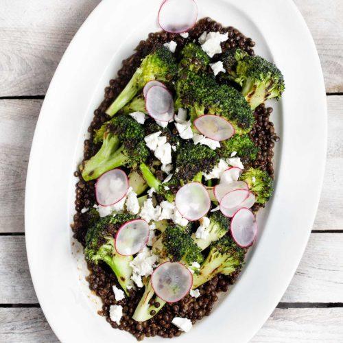 Sałatka z grillowanych brokułów z czarną soczewicą i fetą