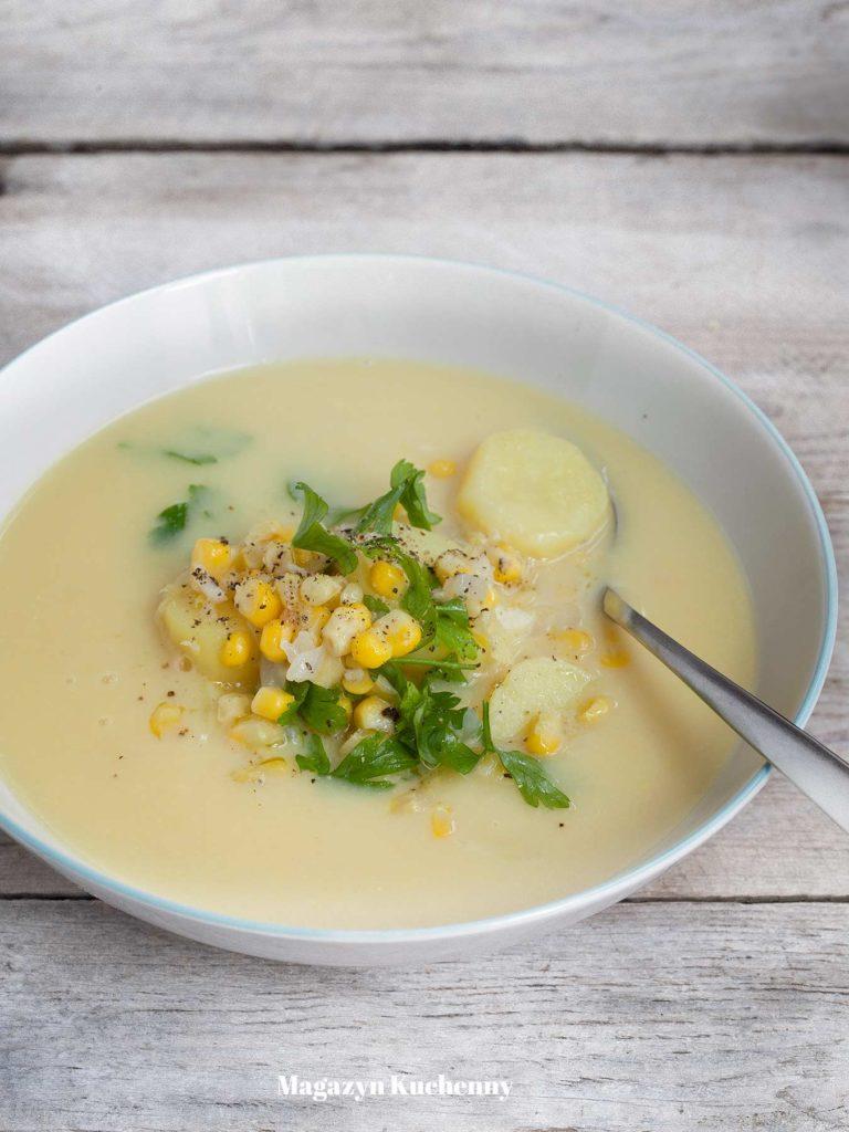 Zupa ziemniaczana z kukurydzą. Kartoflanka z plasterkami ziemniaków i świeżą kukurydzą z kolby.