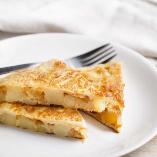 Omlet hiszpański, czyli tortilla z ziemniakami i smażoną cebulką