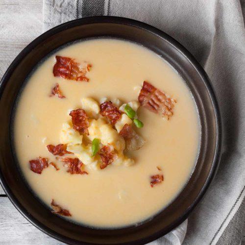Zupa serowa z kalafiorem i chrupiącym boczkiem