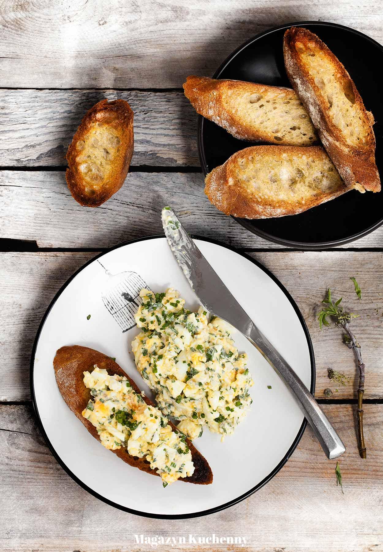 Pasta jajeczna z lubczykiem, natką pietruszki, szczypiorkiem i szalotką