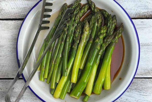 Zielone szparagi w sosie orientalnym z sosem sojowym i octem balsamicznym