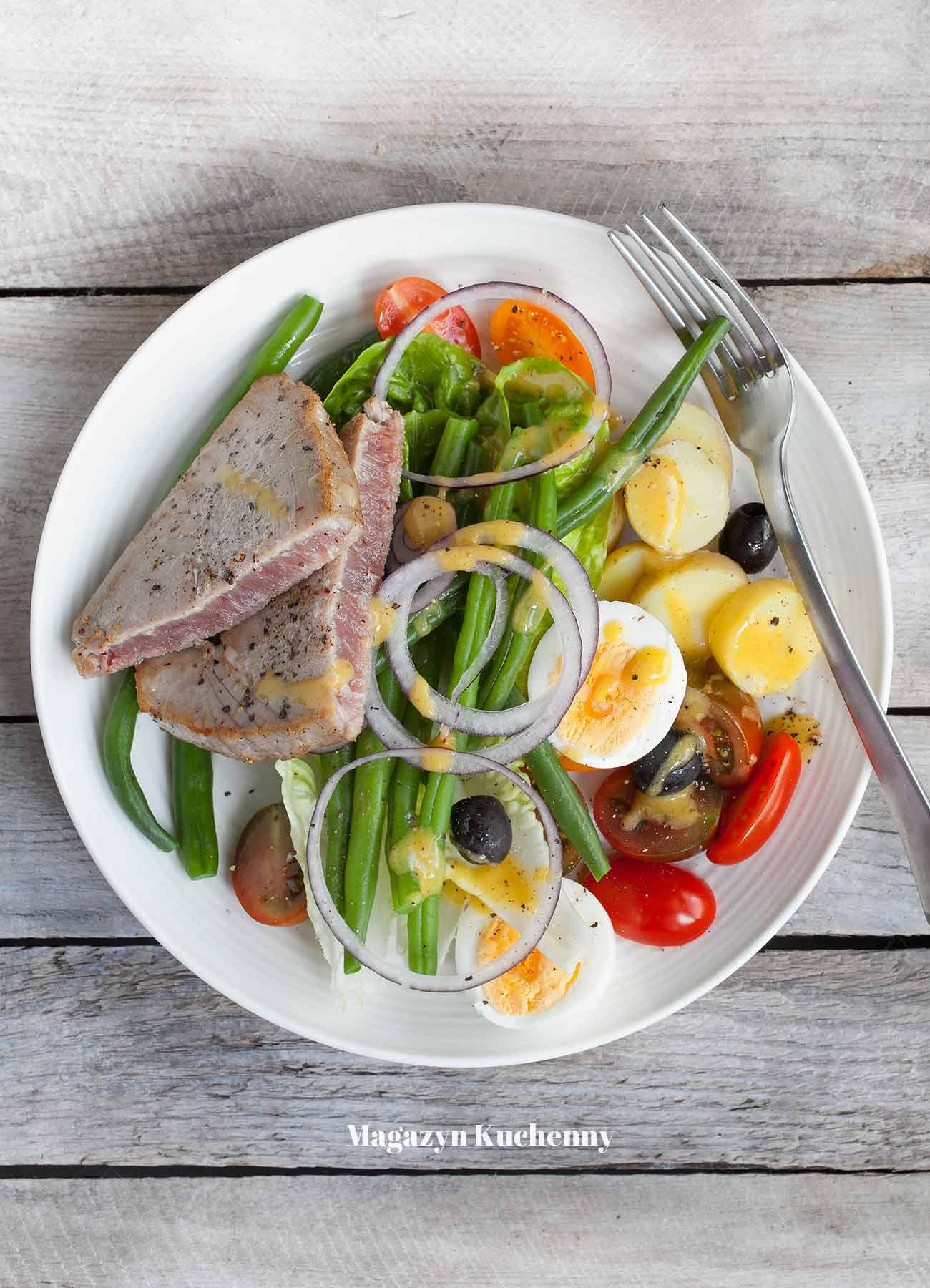 Sałatka nicejska z tuńczykiem, młodymi ziemniakami i fasolką